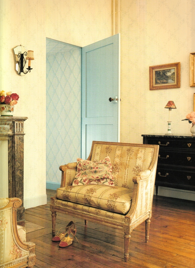 Traditional Parisian chaise and sitting room